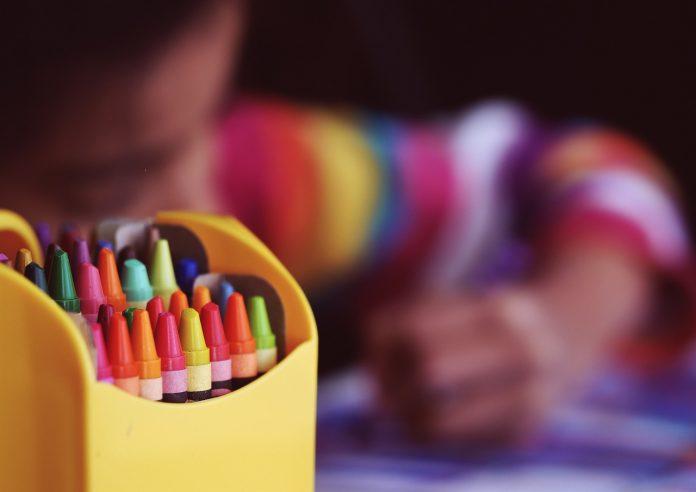 Niño pintando. Pixabay