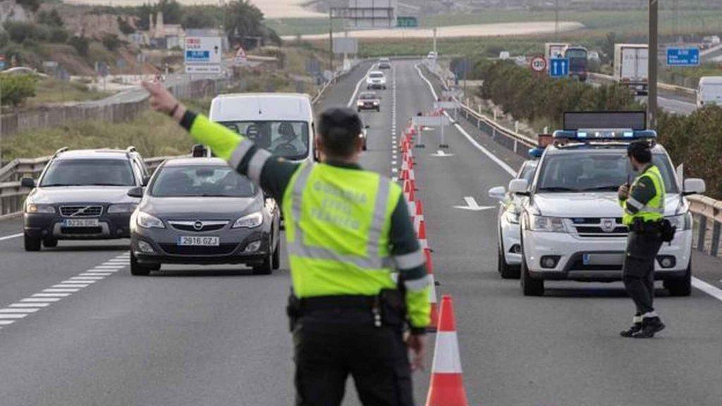 La DGT en un control de tráfico. E. E