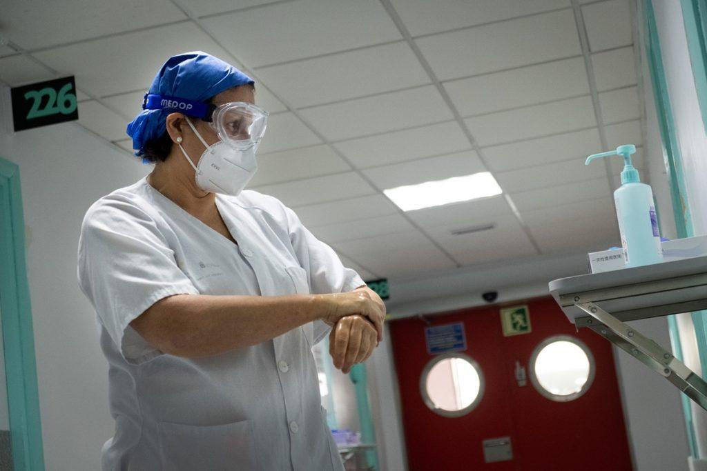 En Canarias, hay 45 pacientes con COVID-19 ingresados en UCI y 222 permanecen en planta. | F. Pallero