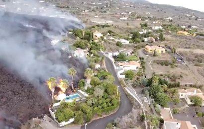 La lava va camino de tragarse el pueblo de Todoque en su avance hacia el mar