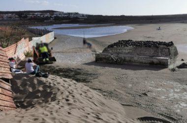 'Salvar la Tejita' denuncia un movimiento ilegal de las dunas en la playa.