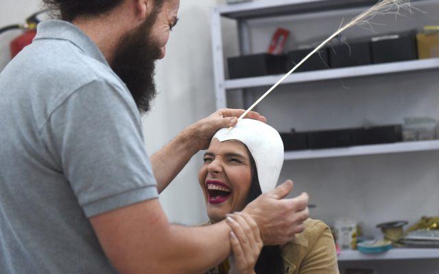 Saida Prieto con Santi Castro, el diseñador de su fantasía, en una tarde de trabajo en el taller | Foto: Sergio Méndez