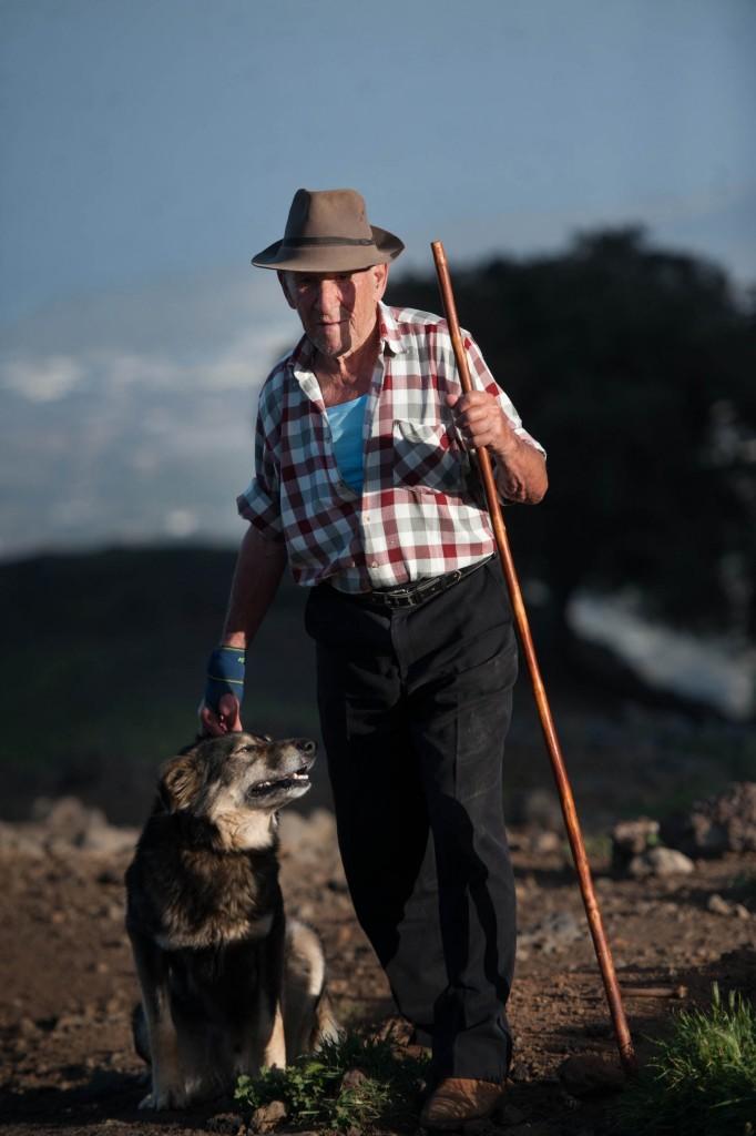 Nicomedes Carballo junto a su inseparable perro Moreno / FRAN PALLERO
