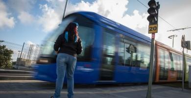 Los usuarios del tranvía le dan un 'notable alto' y lo usan más mujeres que hombres