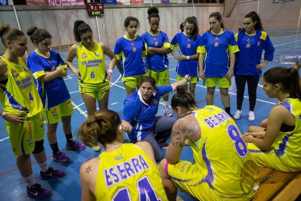 María Sosa da instrucciones durante un encuentro del Adareva, en Liga Femenina 2. Andrés Gutiérrez