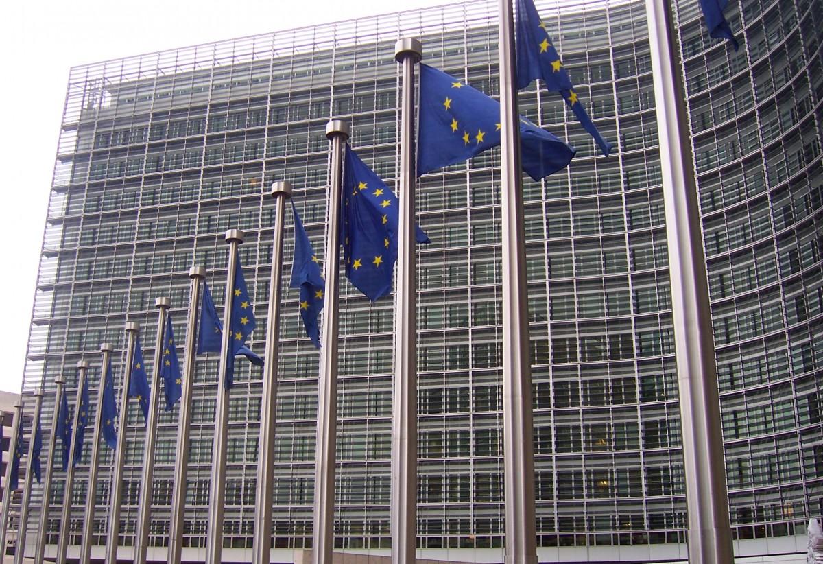 Banderas de la Unión Europea ante el edificio de la Comisión Europea en Bruselas. / DIARIO DE AVISOS