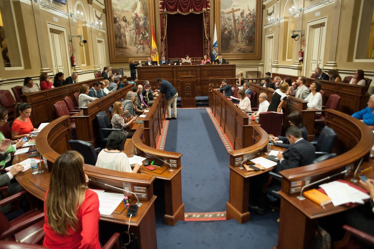 Desarrollo de un pleno en el Parlamento de Canarias durante la novena legislatura. / FRAN PALLERO