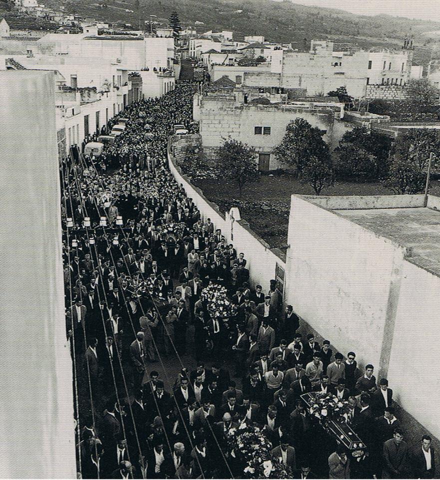 La calle principal de Granadilla se convirtió en un río de gente, unas 20.000 personas / DA