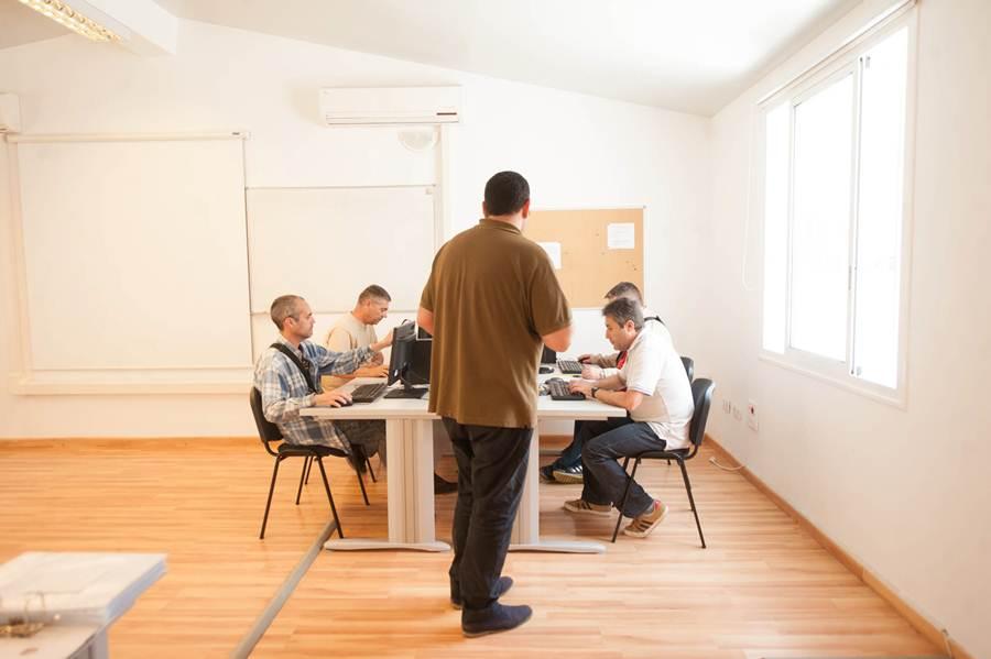 Jorge empezó como usuario en uno de los centros de formación e inserción laboral con los que cuenta Afes. Un año después,                     se ha convertido en profesor y coordinador del área metropolitana. Fotos: FRAN PALLERO