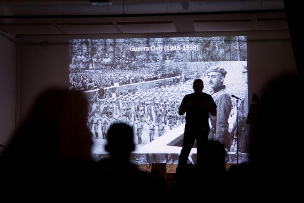 León ilustró su charla con imágenes alusivas a la época como al de Franco en el desfile de la victoria. / F. P.