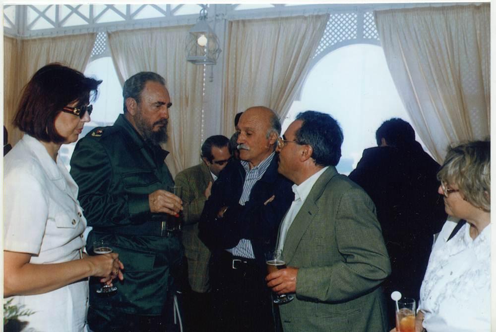 Castro, en el brindis, conversando con su amigo Francisco González              Casanova. Archivo J. J. Alayón