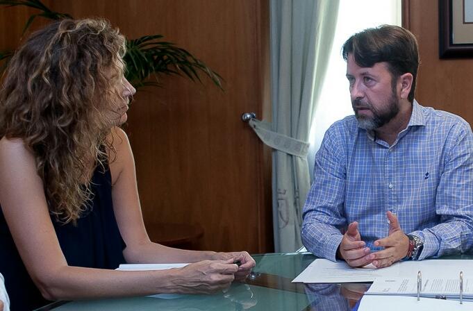 Ornella Chacón y Carlos Alonso, durante una reunión. / DA