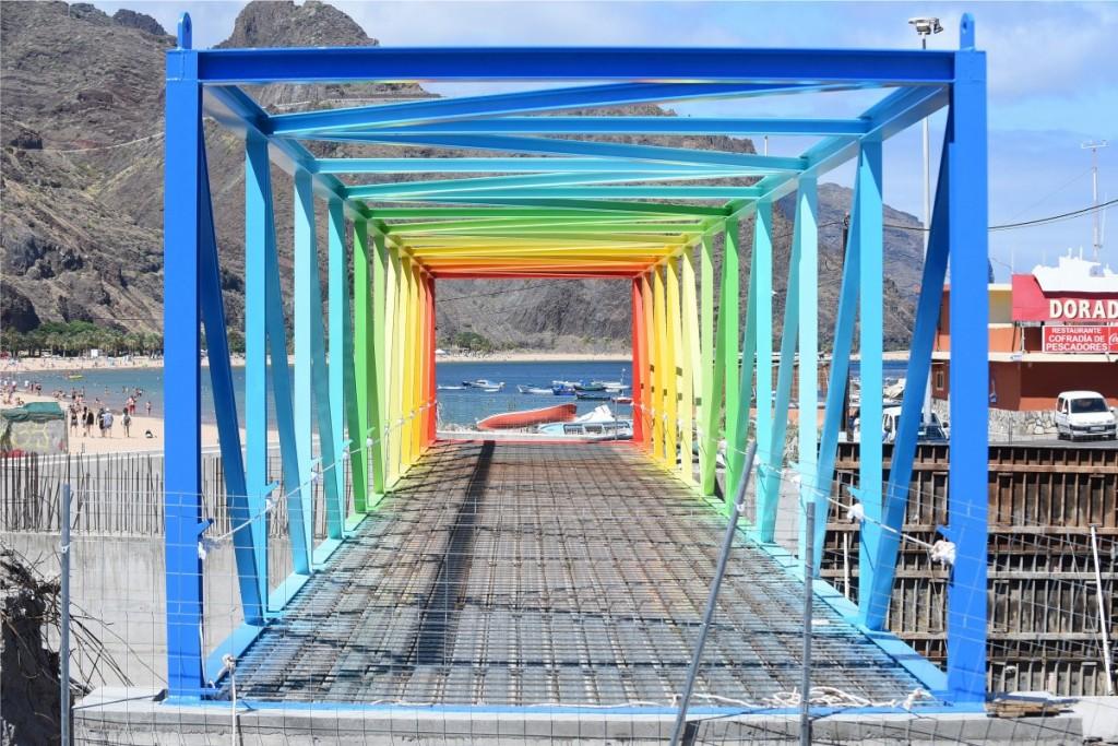 La pasarela, con los colores del arcoiris, unirá la avenida marítima de San Andrés con Las Teresitas. / S. M.
