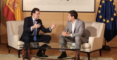 Rivera y Rajoy pactan que los mileuristas no paguen IRPF