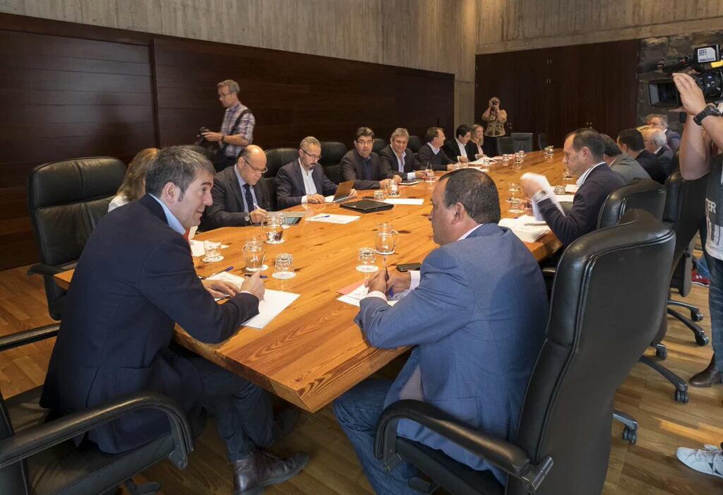 Una de las reuniones mantenidas en esta legislatura entre el Gobierno canario y la Fecam. / DA