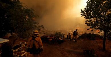 Los bomberos logran contener casi un 70% del incendio de California