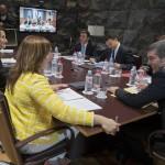 Fernando Clavijo y la consejera de Política Territorial, Nieves Lady, en primer plano, durante un Consejo de Gobierno. / DA