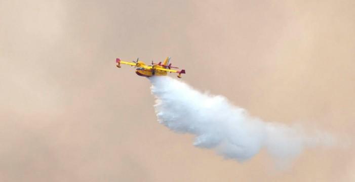 [VÍDEO] Un hidroavión baña a dos bomberos en el incendio de Gran Canaria y el piloto les pide disculpas