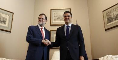 """Sánchez habla con Rajoy y le garantiza que """"defenderá la Constitución"""""""