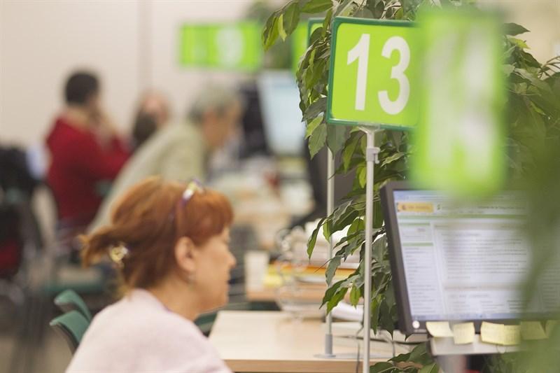 El n mero de parados en canarias baja en personas en for Oficina empleo canarias