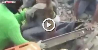 Emocionante momento en el que rescatan a una niña viva entre los escombros en Italia