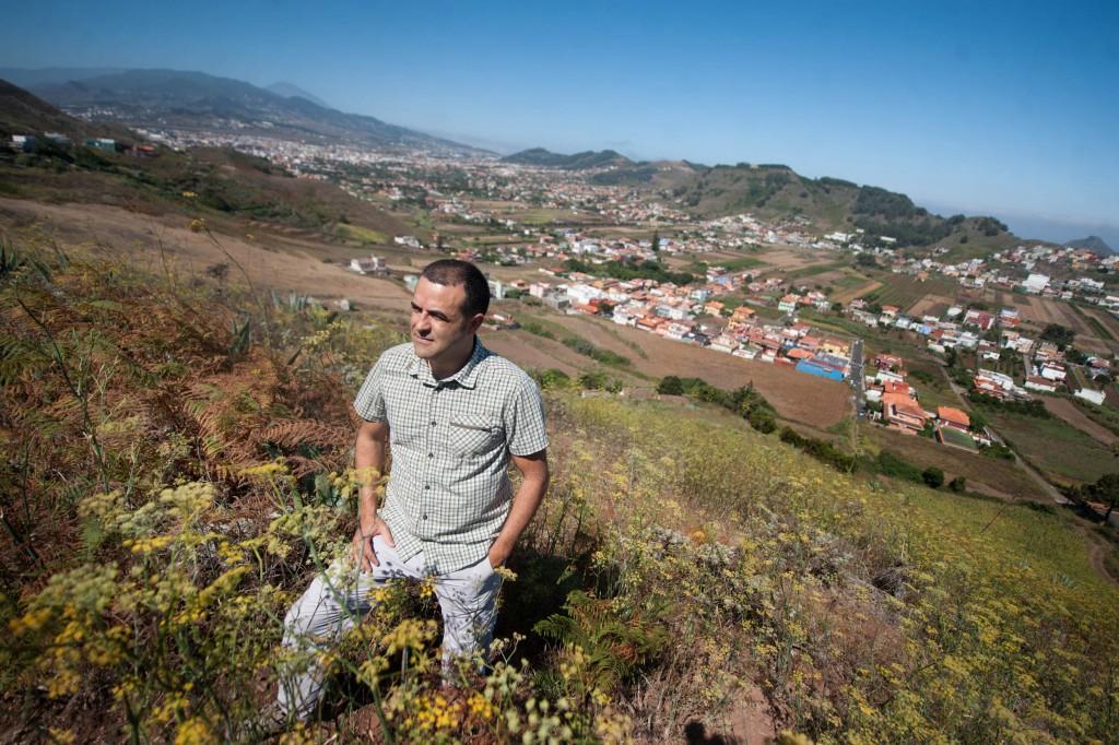 El geógrafo José Juan Cano, autor de la tesis doctoral sobre la red caminera de Tenerife, en un tramo de la antigua Cañada Lagunera. FRAN PALLERO