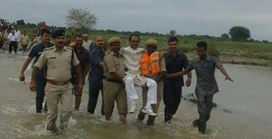 Críticas en Twitter a un político indio por ser llevado en brazos por dos policías en una zona inundada