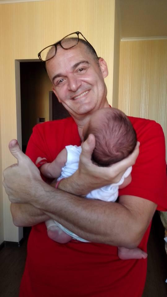 Alexis Mateo, impulsor de la consultora Yoursurrogacy, posando con un bebé de padres          canarios nacidos por gestación subrogada. DA