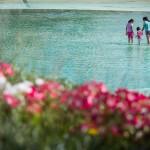 En la tarde de ayer, la gente seguía haciendo uso del lago de la plaza de España para refrescarse. / A. G.