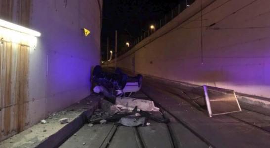 Cae desde unos siete metros al túnel del tranvía con su coche y sale ilesa