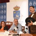 El primer alcale pedáneo del municipio viajó en el tiempo para llegar ayer al acto de presentación del primer mercado barroco de Canarias. Sergio Méndez