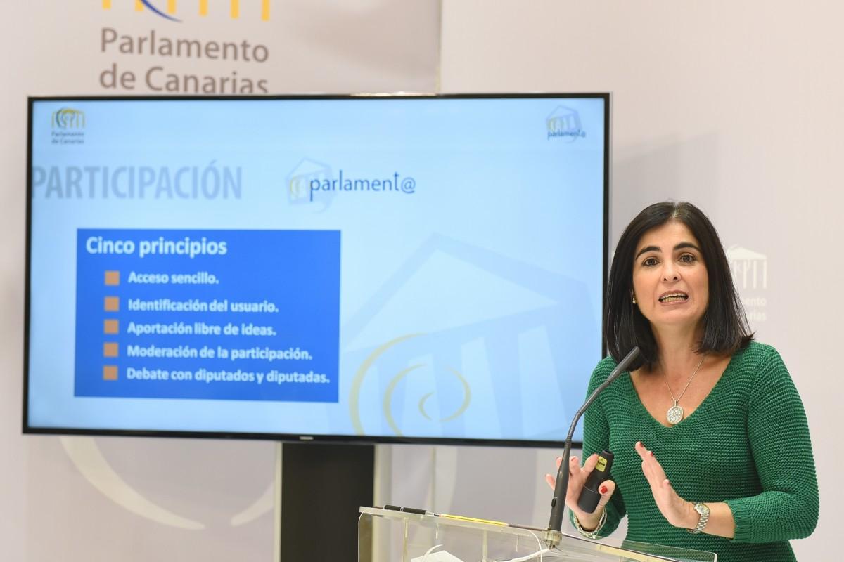 La presidenta del Parlamento de Canarias, Carolina Darias, explica los avances en transparencia. / SERGIO MÉNDEZ