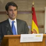 Enrique Hernández Bento, en un acto institucional con las banderas oficiales española y canaria al fondo./  DA