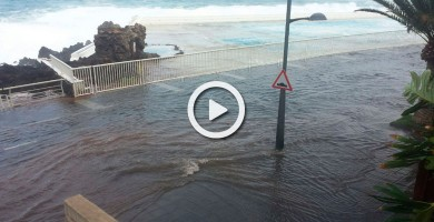 En Garachico el mar se toma la avenida Adolfo Suárez