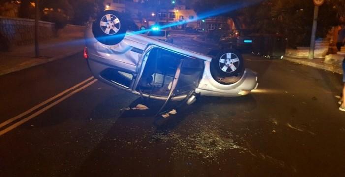 Un conductor vuelca el vehículo y otro se da a la fuga bajo efecto de las drogas
