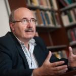Rafael Rebolo, en la bliblioteca de la sede del IAC. / FRAN PALLERO