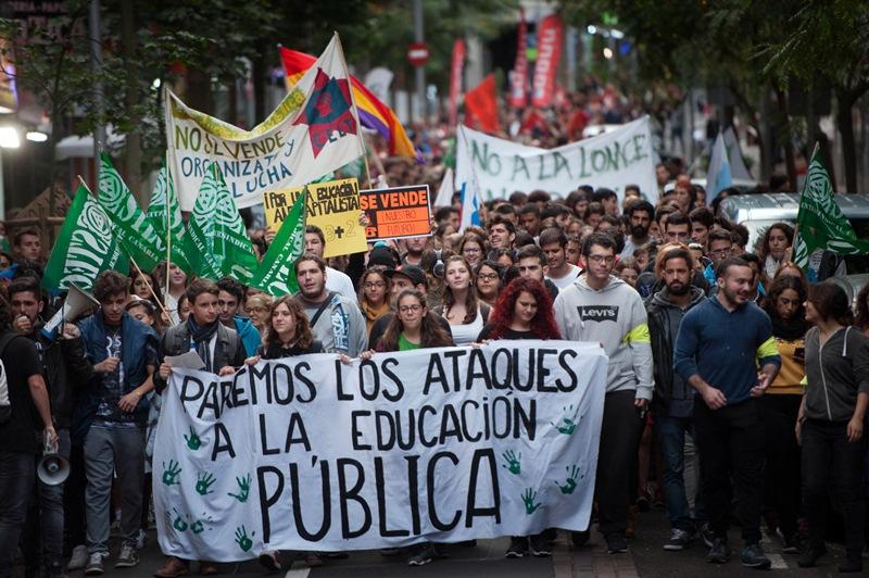 La manifestación de alumnos, padres y profesores partió desde la santacrucera plaza de Weyler. Foto / Fran Pallero