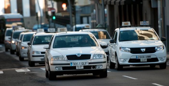 Unos 350 taxis colapsan el tráfico en la capital en protesta por el retraso en el rescate de licencias