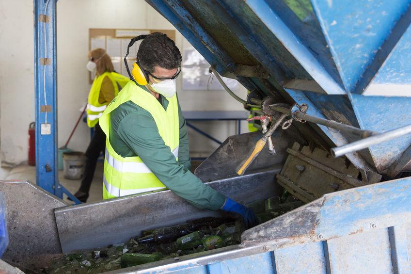 Trabajador de una planta de tratamiento de residuos de cristal para su reciclado | DA