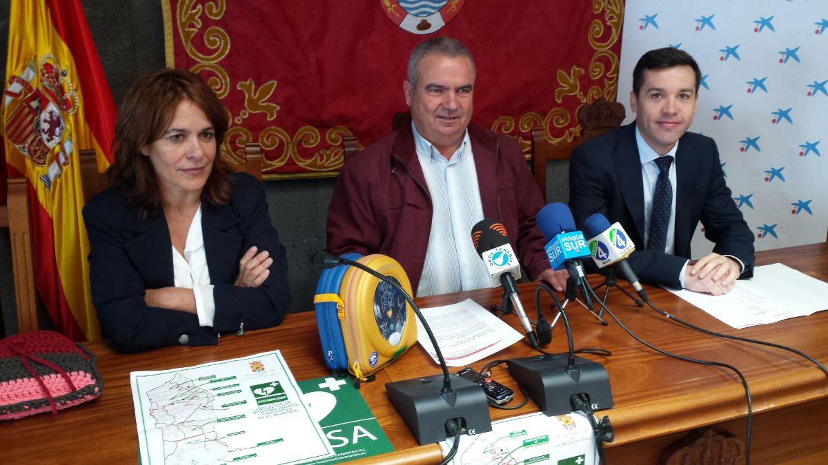 El alcalde, Arturo González (centro), la edil Isidora González y Alfonso Delgado, de la Obra Social de La Caixa. J. C. M.