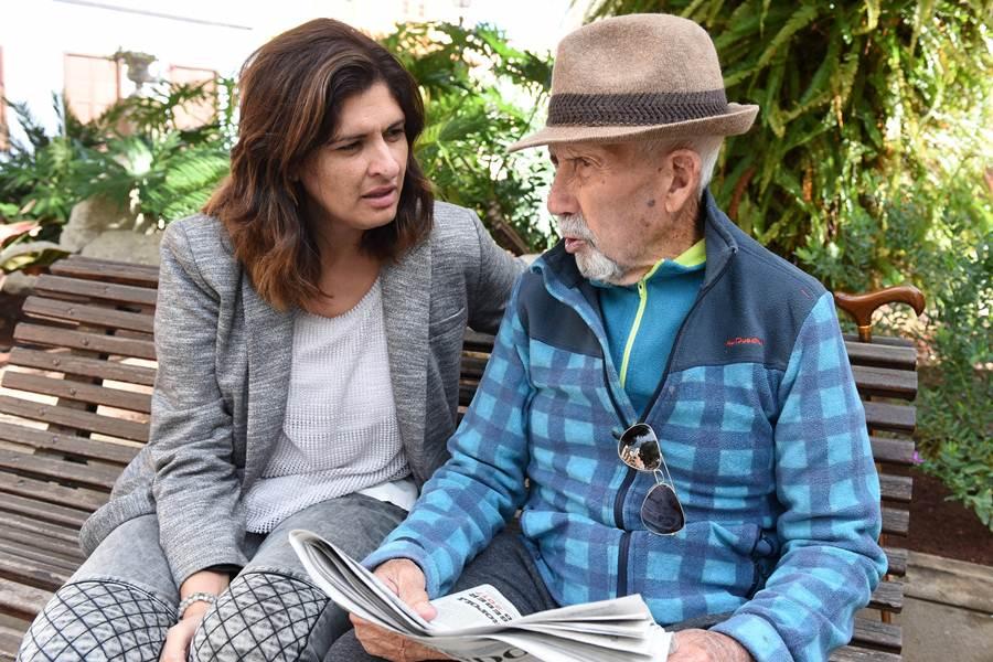 Luisa Castro, con un vecino en la plaza del Ayuntamiento. SERGIO MÉNDEZ