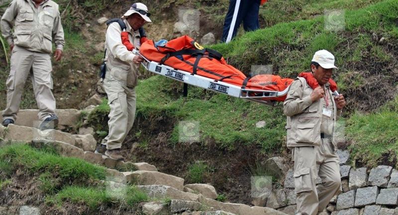 Imagen publicada en la prensa local de la evacuación de la guía turística herida por el rayo en Machu Picchu. El Correo