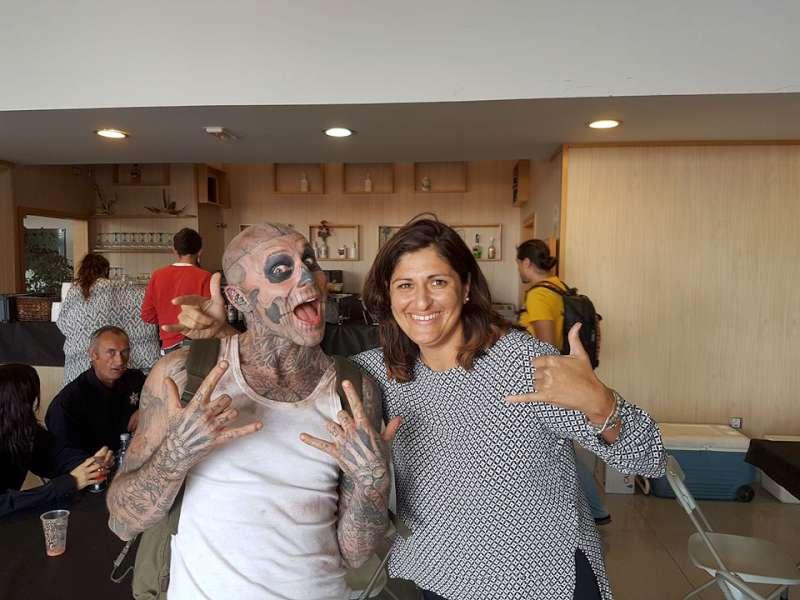 La alcaldesa Carmen Luisa Castro, con el popular Zombie Boy / DA