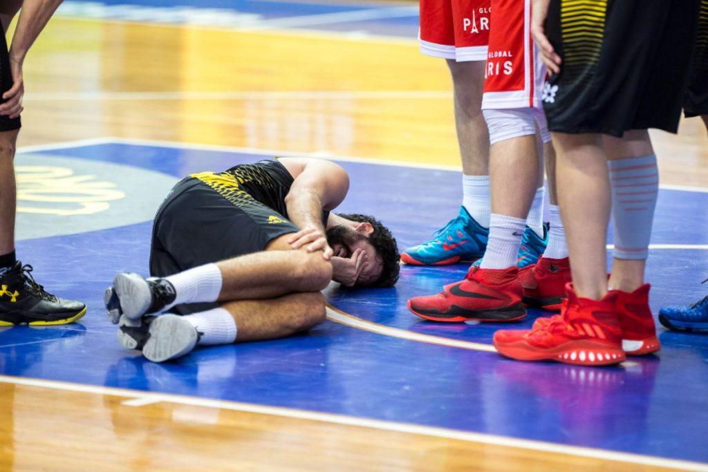 Momento en el que se produce la lesión de Javier Beirán, jugador del Iberostar Tenerife | FOTO: Sergio Méndez