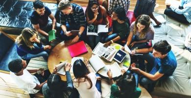 Alumnos estudiando en grupo | DA
