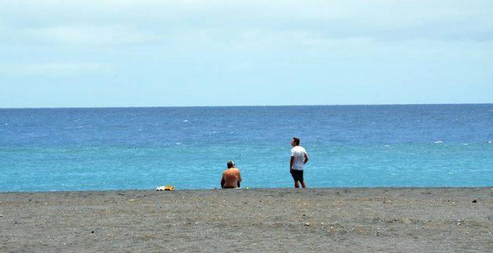 La playa de la capital, medio llena o medio vacía