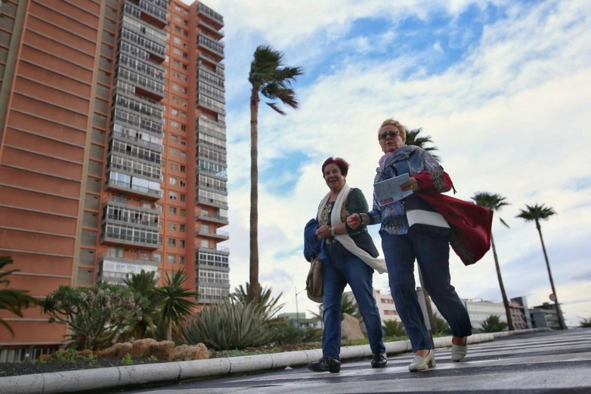 El fuerte viento se dejó sentir en las calles de Santa Cruz | Andrés Gutiérrez