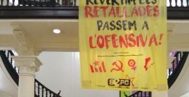 Un grupo de estudiantes se encierra en la sede de Universidades de la Generalitat para exigir una rebaja de tasas