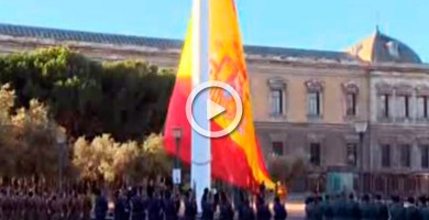 Así fue el izado de la bandera de España en la plaza de Colón