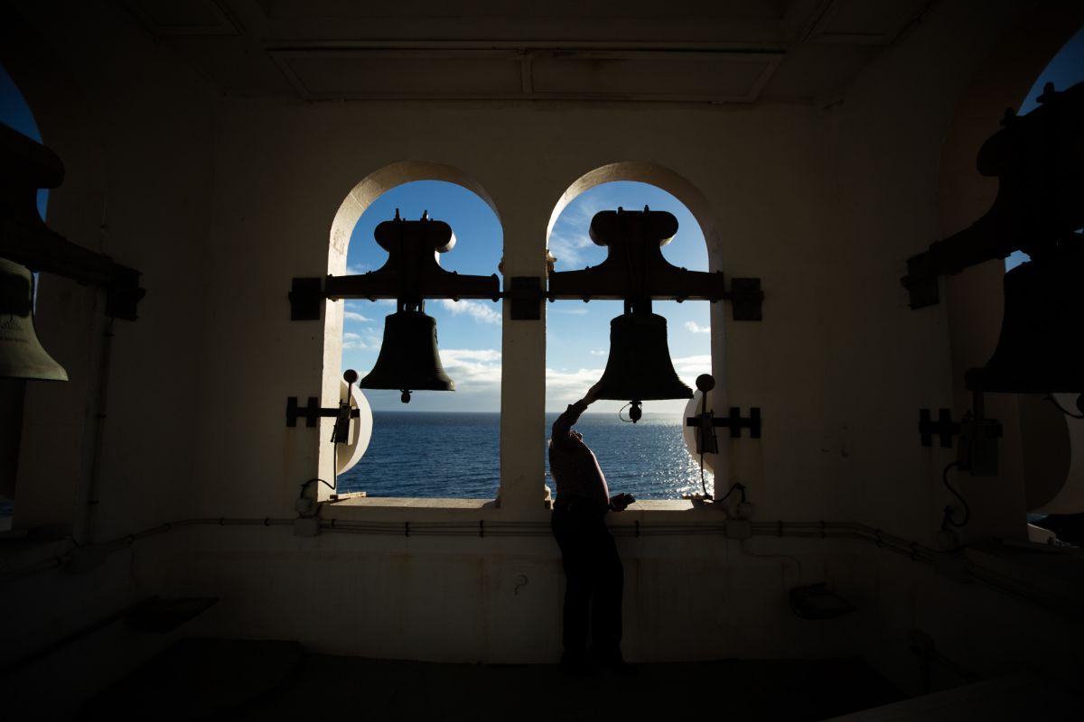 El concejal Paco Pinto observa el interior de una de las ocho campanas de la Basílica. Andrés Gutiérrez